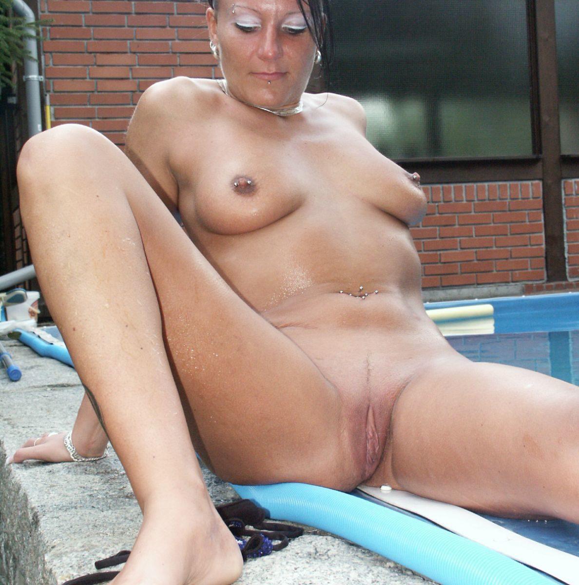 Nackte reife Frau mit Nippelpiercings