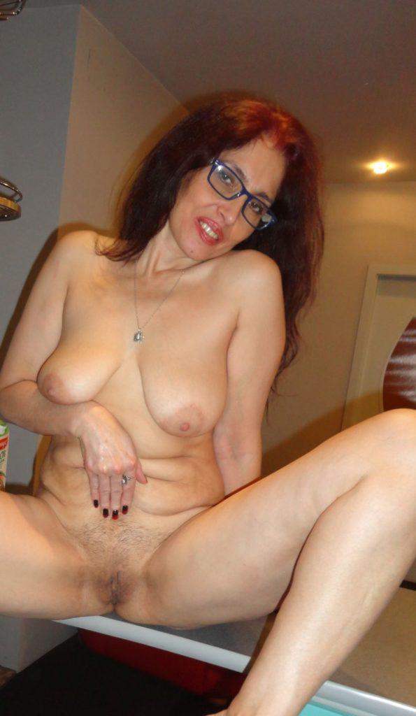 Reife Lady zeigt sich nackt