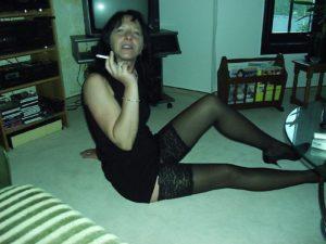 mittelalte Frau raucht