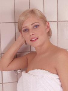 Blondine mit Handtuch umgebunden